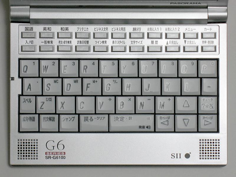 パンタグラフキーを採用したキーボード。上部にレイアウトされる11個×2段ファンクションキーは、すべて同じ形で色分けなどもとくにないため、コンテンツを呼び出すキーとそれ以外のキーの区別がつきにくい