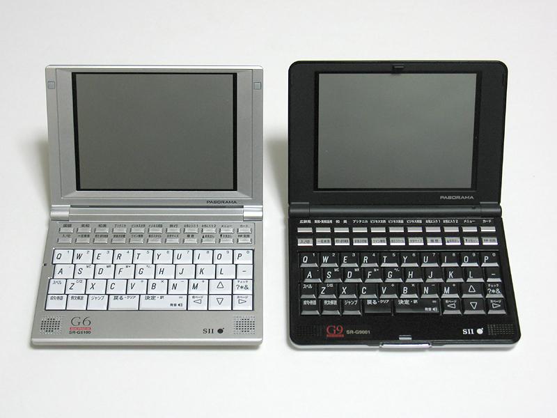同じくPASORAMAの初代モデルSR-G9001(右)と並べたところ。デザインがややシャープになった印象