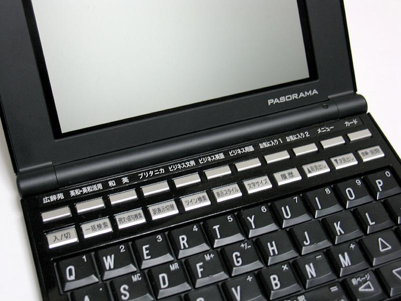 従来モデル(SR-G9001、写真右)ではキートップにあったシルク印字が、2世代目にあたるSR-G10001からはベース部に印字されるようになっており、本機(写真左)もこの仕様を踏襲している