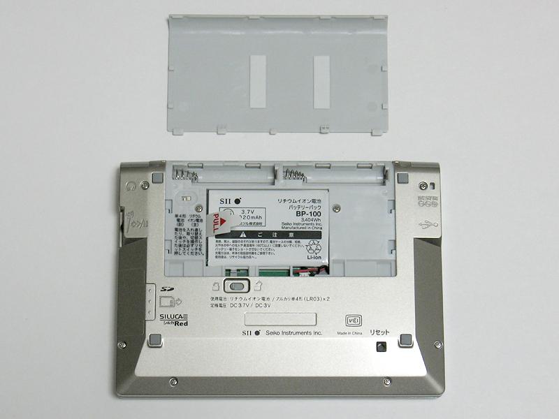 通常はリチウムイオン充電池で駆動。予備電源として単4電池×2や、ACアダプタ、USB給電も利用できる