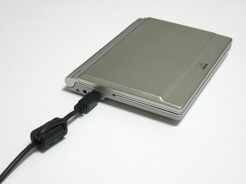 PCとの接続時はUSB経由で給電される。電子辞書機能を使いながらの充電もサポートする