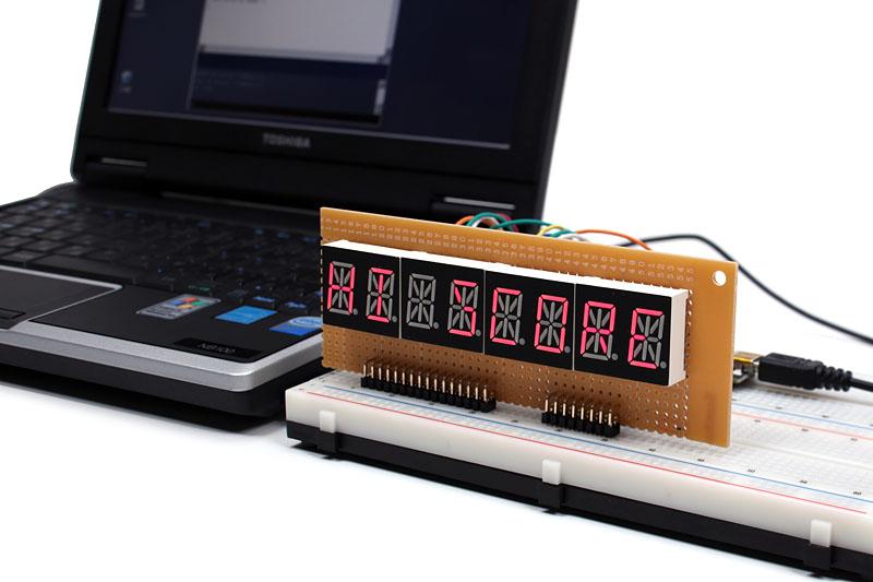 ネットブックにLEDディスプレイを接続し、「HI SCORE」と表示しました。LEDの制御にはArduinoを使い、PC側のソフトウエアはProcessingで書かれています。LEDの配線はちょっと面倒ですが、それ以外の部分は思いのほかあっさりとできあがりました。