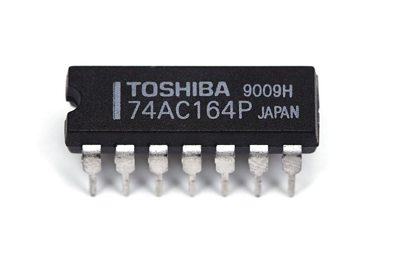 """型番が見やすい東芝製<A href=""""http://www.semicon.toshiba.co.jp/openb2b/websearch/productDetails.jsp?partKey=TC74AC164P"""">74AC164</A>。他のメーカーからも同型番の製品が供給されています。74HCシリーズの74HC164に比べると、入手先は限られています。我々は<A href=""""http://www1.odn.ne.jp/%7Eaal22410/3005.html"""">サンエレクトロ</A>で購入しました。1個100円"""