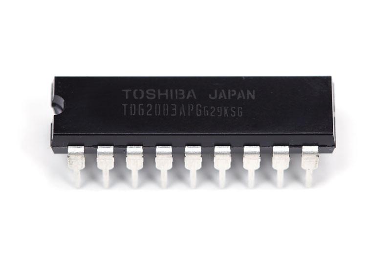 """東芝<A href=""""http://www.semicon.toshiba.co.jp/openb2b/websearch/productDetails.jsp?partKey=TD62083APG"""">TD62083APG</A>は8組の入出力を持つトランジスタアレイです。8桁分のカソードをこれ1個でコントロールできます。素のトランジスタを8個並べるよりもずっとスッキリしますね。<A href=""""http://eleshop.kyohritsu.com/"""">共立電子エレショップ</A>で136円でした"""