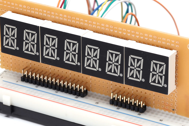 ブレッドボードに立てた状態。連結用のケーブルを作れば、Arduino側から少し離すこともできます。表示部のサイズはデスクトップPCの5インチベイに収めるのにちょうど良さそうです。
