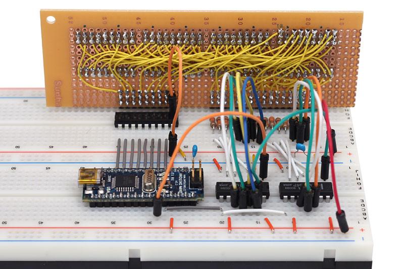 """コントローラ側の配線の様子です。余裕をみて大きめのブレッドボード<A href=""""https://www.marutsu.co.jp/user/shohin.php?p=59353"""">「EIC16041」</A>を使用しました。この製品は汎用のブレッドボードをつなぎあわせたものですが、土台がしっかりしているので安定感があります"""