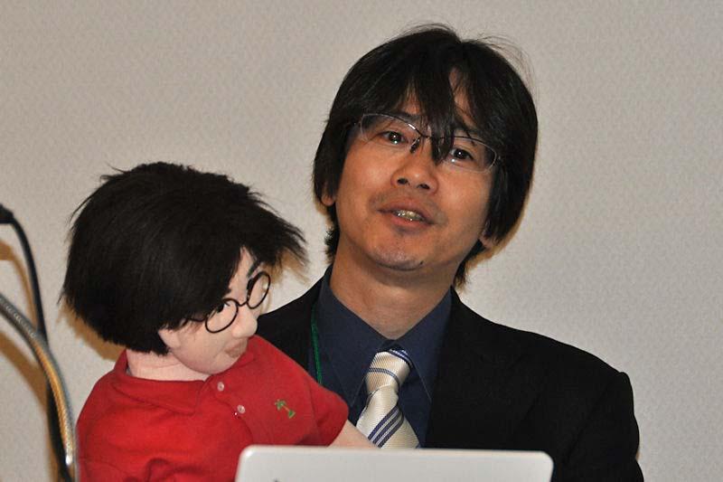 リトルアイランドの小池浩昭氏とクローンロボット。実は小池氏のクローンロボットは不調なままプレゼンが終わってしまった