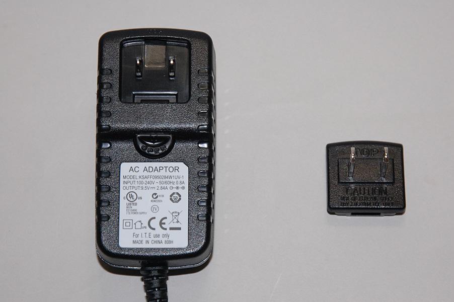 付属のACアダプタ。ACプラグ部分が交換できるようになっている。日本のコンセントにあう形状のものが付属