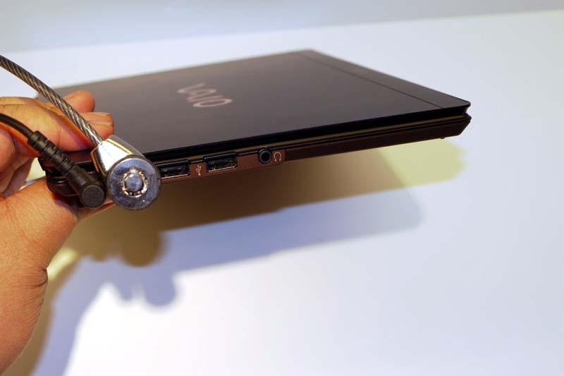 左側面にはUSB×2、ヘッドフォン端子