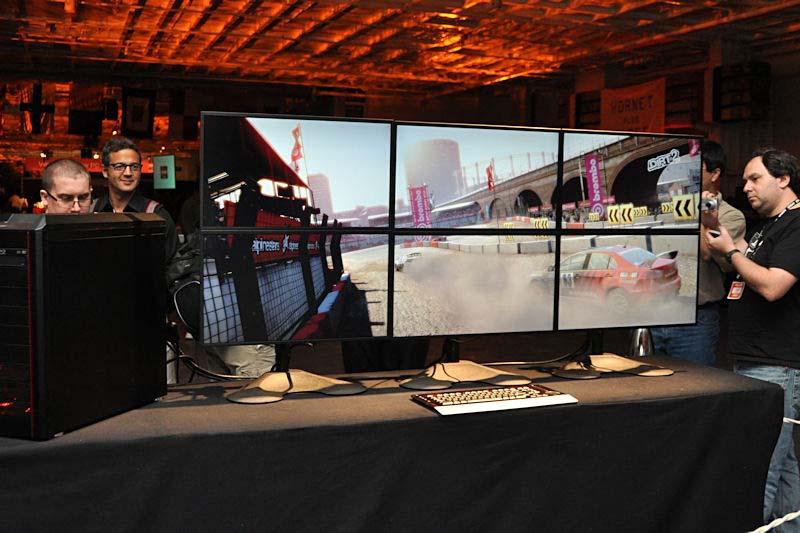 CodemastersのDiRT2を6画面表示しているデモ。このディスプレイは縦に2台搭載可能なスタンドを3基用いている