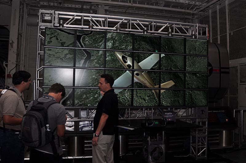 フライトシミュレーションゲームを24画面でプレイできるデモ。6画面対応ビデオカードを4枚搭載して実現している