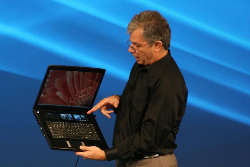 新しいデザインのアイディアとして、2つ目、3つ目のディスプレイが液晶とキーボードの間に埋め込まれたノートPC