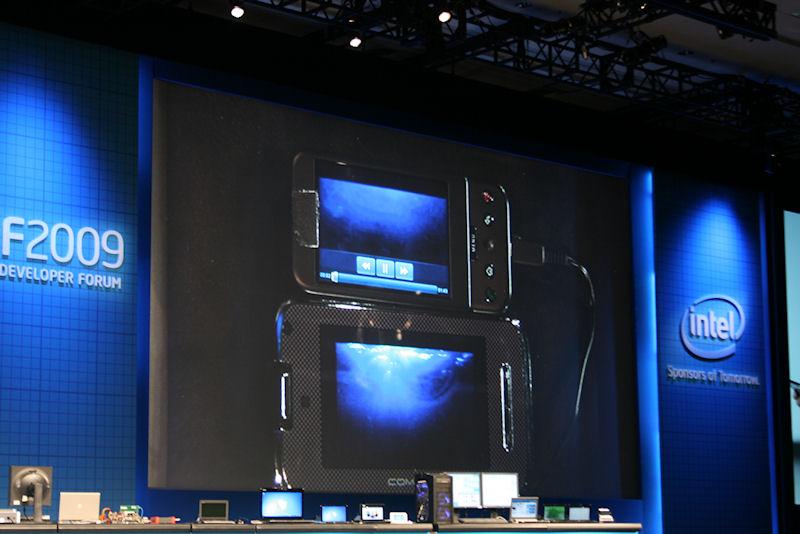 Android携帯と思われるスマートフォンと動画再生を比較。Moorestownのほうがスムーズに再生できていた