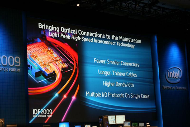 Light Peak Technologyでは光ファイバーを利用して10Gbpsの帯域幅を実現する