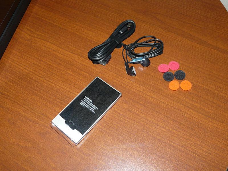 主な内容物は、本体、USBケーブル、イヤフォン、イヤーパッド3色