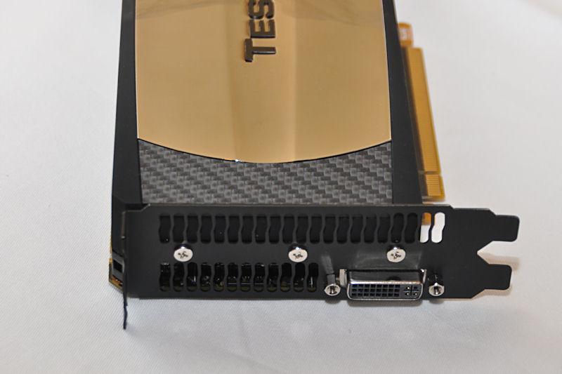 Tesla製品ながらブラケット部にはDVI端子を搭載。FermiはGT200世代よりもコンテキストスイッチを高速化していることから、Tesla製品にもディスプレイ端子が備わるのかも知れない