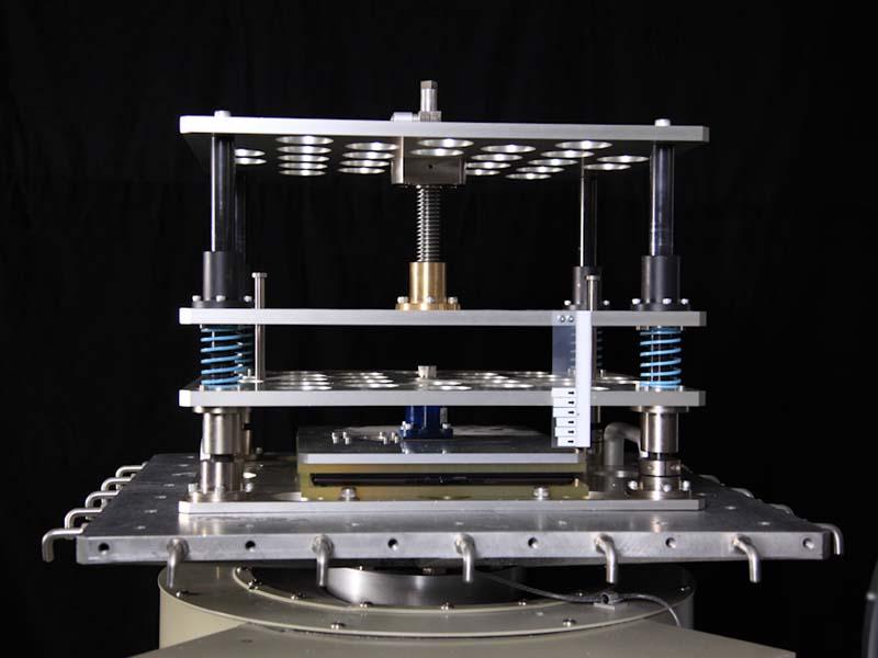 150kgf加圧振動試験の様子
