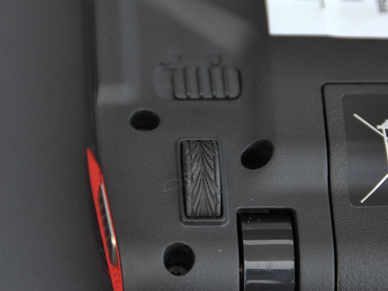 Ferrari ONEの底面には4個所にタイヤのトレッドパターンを模したゴムが取り付けられている