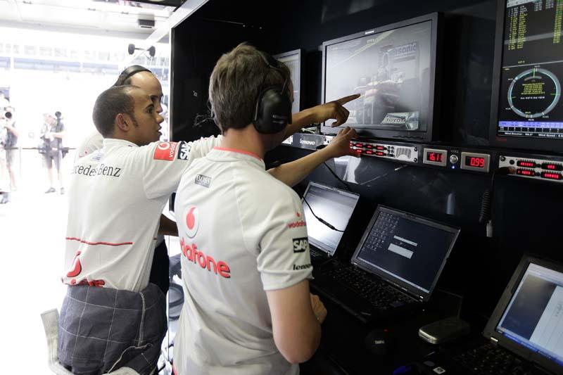 ピットにはThinkPadがズラリと並び、エンジニアとレーサーがデータを元に作戦を練る。中央はレーサーのハミルトン