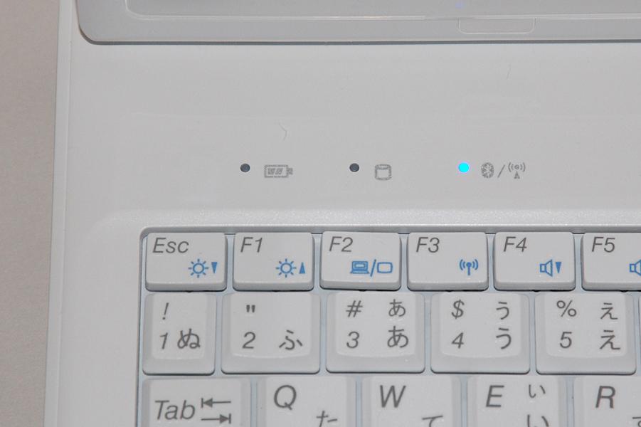キーボード左上に各種インジケーターを搭載。一番右がワイヤレスインジケーターだ。なお、Num LockやCaps Lock、Scroll Lockのインジケーターはキーボード右上に搭載されている