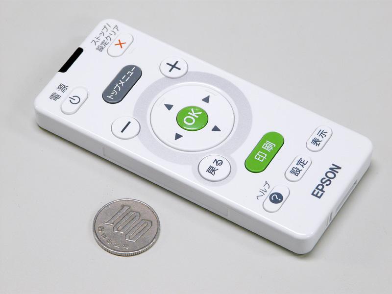 リモコン。ボタンの数の割には少し大きめ。わかりやすいリモコンだ