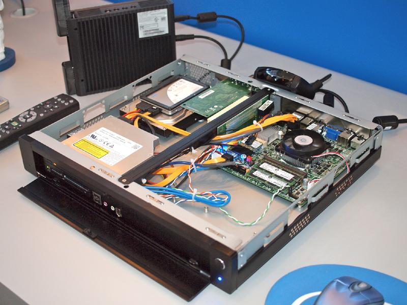 【写真1】Emerald Bayマザーボードを用いた薄型のデスクトップPC。