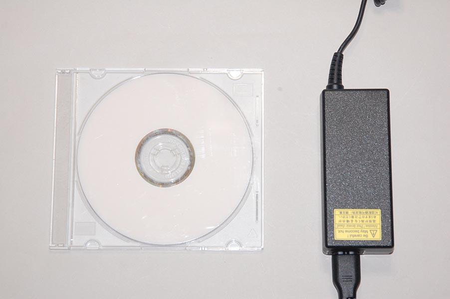 CDケース(左)とMX/33のACアダプタのサイズ比較