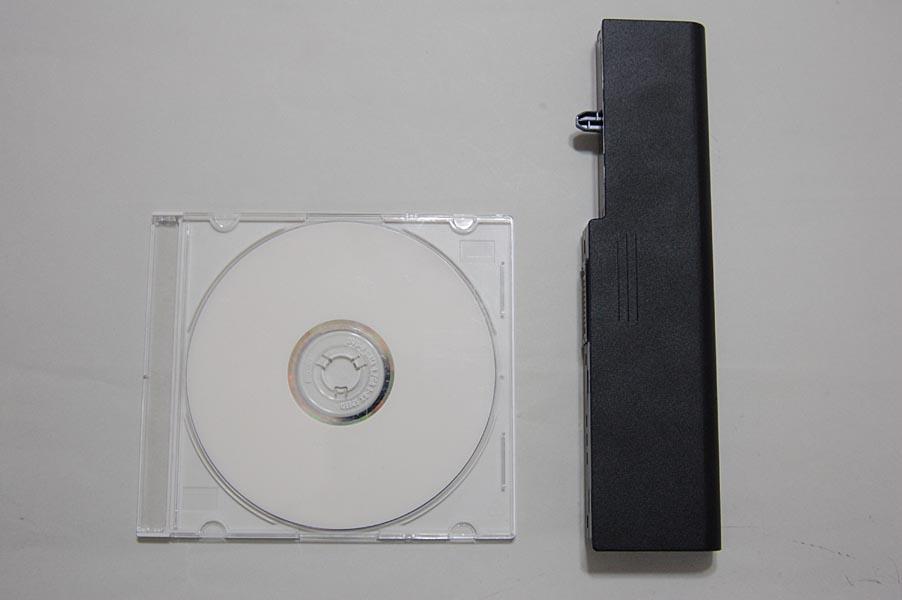 CDケース(左)とMX/33のバッテリのサイズ比較