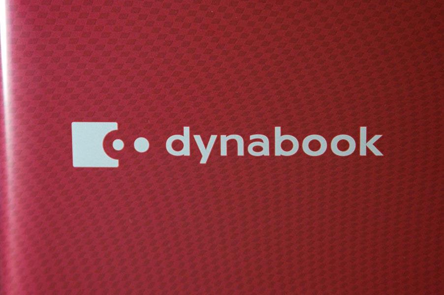 dynabookロゴ周りのアップ。テクスチャがよくわかる