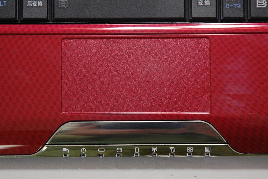 MX/33は、ポインティングデバイスとしてタッチパッドを搭載。タッチパッドの表面にも、パームレスト部分と同じテクスチャが施されている