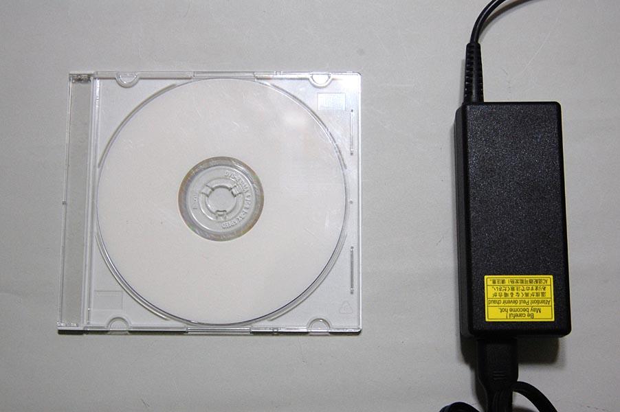 CDケース(左)とMX/43のACアダプタのサイズ比較
