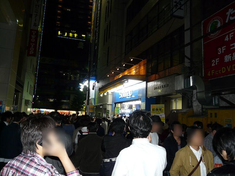 23時半頃の神田平河町2丁目近辺は、もはやまっすぐに歩けないほどの混雑