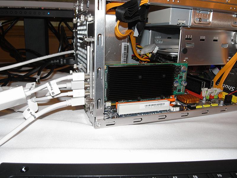 Matroxの4つのDisplayPortを備えたビデオカード。LowProfileを実現するためにMini DisplayPortを採用した