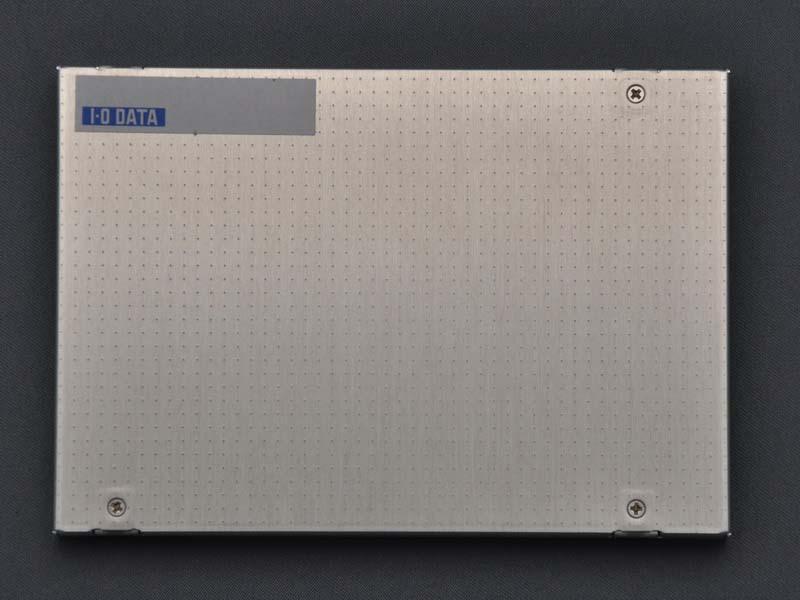 アイ・オー・データ機器のロゴ入りシールが貼られているだけで、基本的にベアドライブ状態での販売となる