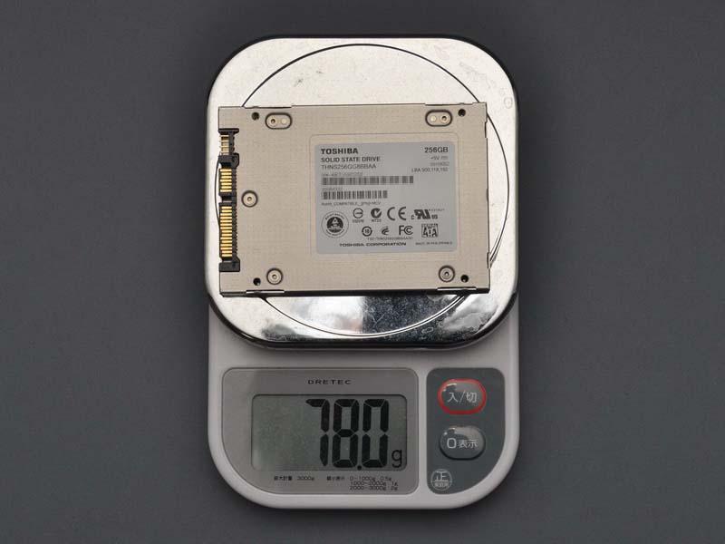 重量は実測値で78g。SSDとして特に軽量というわけではないが、HDDより10g以上軽い