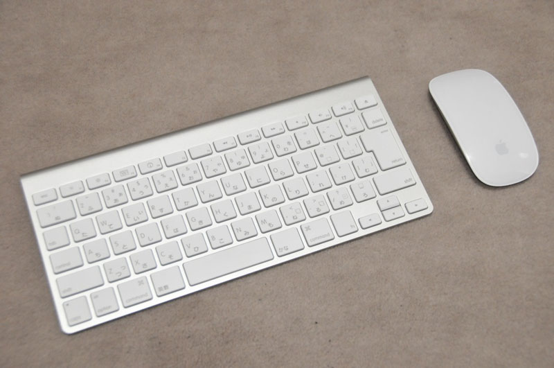 付属のキーボードとマウス。マウスはボタンレスのMagic Mouseが付属する