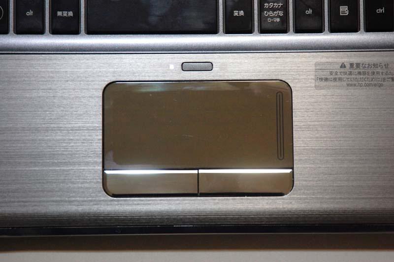 ポインティングデバイスとしてタッチパッドを採用。タッチパッドの表面も鏡面仕上げになっており、指が吸い付く感じがするのが気になる。パッドの上部に、パッドの有効/無効を切り替えるボタンが用意されているのは便利だ