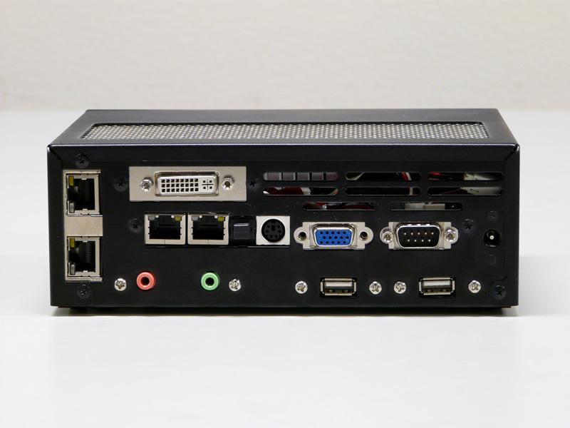 背面。左側の縦に並んでいるのはオプションのGigabit Ethernet×2。ここをeSATAにすることも可能だ。上のDVI-Dもオプション。標準はGigabit Ethernet×2、PS/2ポート、ミニD-Sub15ピン、シリアルポート、USB 2.0×2、音声入出力。そして光デジタル端子も見える