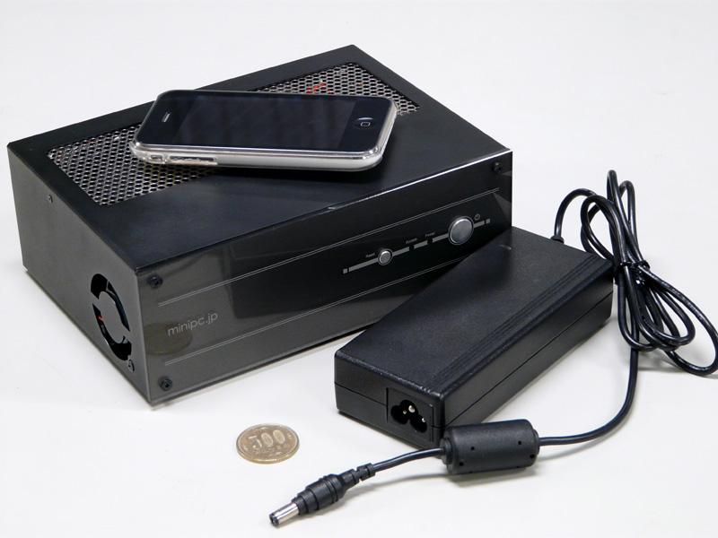 ACアダプタは12V/6.6A/80W。コネクタはミッキータイプだ。iPhoneや500円玉と比較しても十分小さいことがわかる