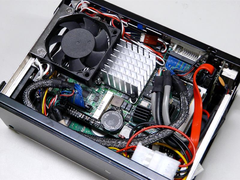 リアのネジ2本、左右のネジ1本ずつでケースを開けることができる。内部は結構窮屈だ