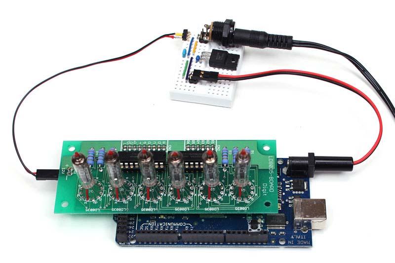 当初は1つの電源からVFDキットとArduino Megaに15Vを供給しました。動作はしましたが、Megaの3端子レギュレータ(電圧を変換するIC)が触れないほど熱くなってしまったので、15Vを9Vに変換する3端子レギュレータを追加して、Megaにはその9Vを供給することにしました