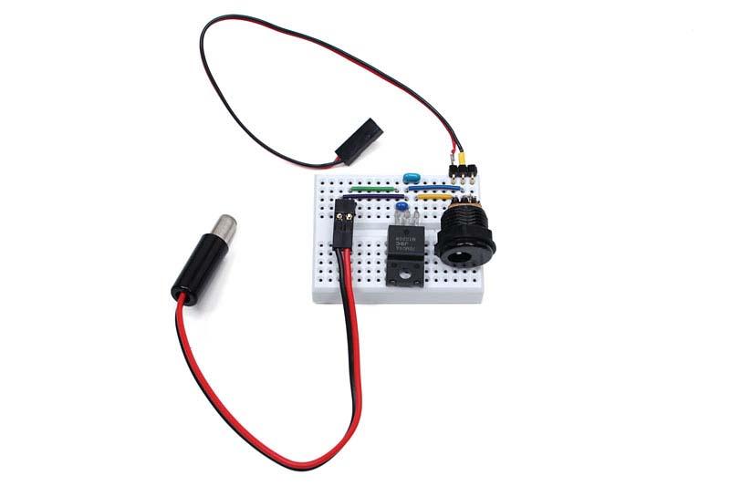 9V用の3端子レギュレータ「7809」のデータシートどおりの回路を小さなブレッドボード上に組みました