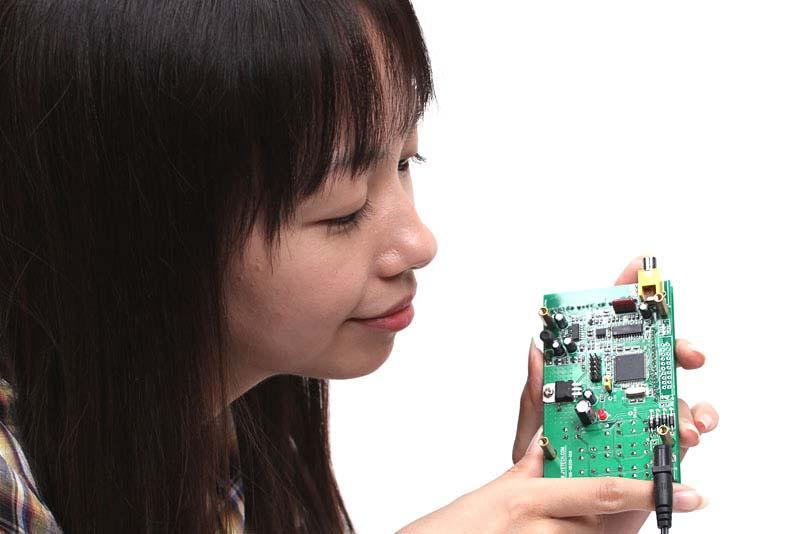 """発売当時に我々が入手したのは<a href=""""http://www.seeedstudio.com/depot/digital-storage-oscilloscope-diy-kit-with-panels-p-515.html"""">Seeed Studio版</a>で、チップ抵抗も含むすべての部品をハンダ付けする必要がありました。かなりタイヘンな作業でした。現在、秋月電子で販売されているLCDオシロスコープキットには、<a href=""""http://akizukidenshi.com/catalog/g/gK-03144/"""">表面実装部品があらかじめ取り付けられているキット</a>も用意されています"""