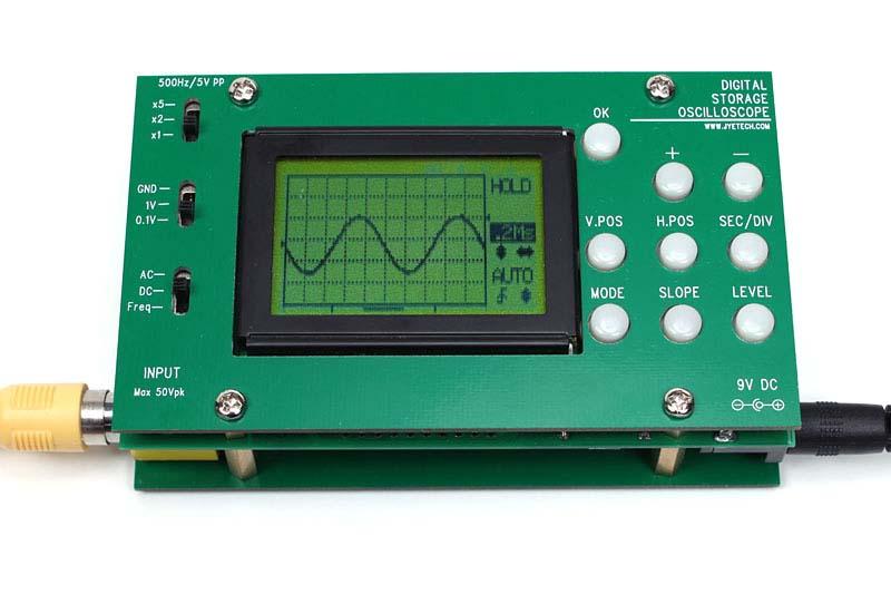 サンプリング周波数5MHzのデジタルオシロです。プッシュボタンだけで操作するので、少しまわりくどい感じはありますが、ちょっとした波形の確認には十分使えます。写真は1KHzの正弦波を表示しているところ