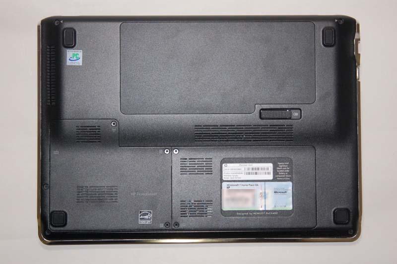 dm3aの底面。底面には軽くて剛性の高いマグネシウム合金が使われている。右下にメモリスロットカバーが、左下にHDDベイカバーがある
