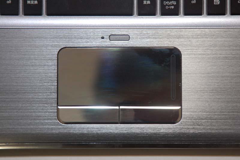 ポインティングデバイスとしてタッチパッドを採用。タッチパッドの表面が鏡面仕上げになっているので、指がパッドに吸い付く感じがしてやや違和感がある。パッドの上部に、パッドの有効/無効を切り替えるボタンが用意されているのは便利だ