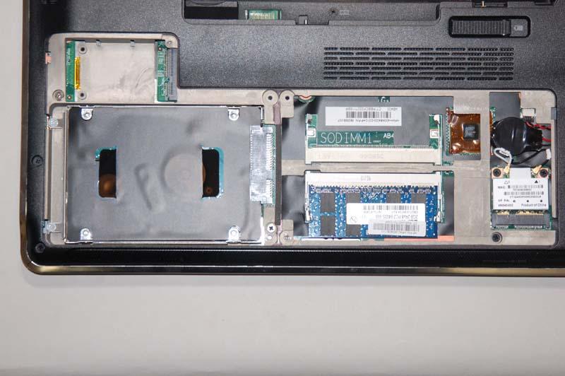 メモリスロットカバーとHDDベイカバーを外したところ。SO-DIMMスロットが2基用意されている。HDDの上にはMini PCI Expressスロットの空きがある