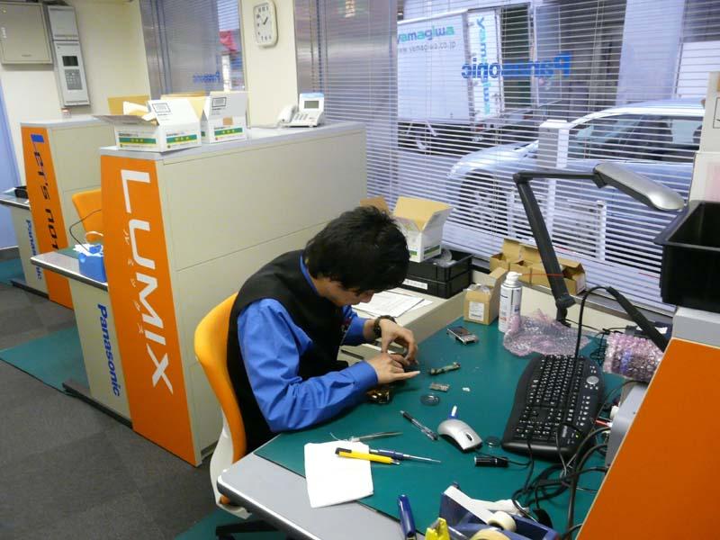 LUMIXの修理の様子。専門技術者によって修理が行なわれている