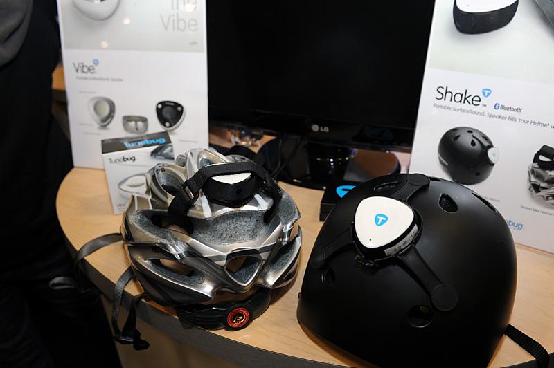 ズンズン感が満載なTunebugのスピーカーユニット。有線の「Vibe」は机やテーブルなどの平面や、あるいは段ボール箱などをそのまま振動板にして音を鳴らす。「Shake」のほうはその無線版とも言えるもので、BluetoothのA2DPによってiPhone/iPodなどと接続する。写真にあるようにヘルメットにマウントして、マウンテンバイク、スケボー、スノーボードなどスポーツシーンでの利用を想定しているという。電源のオン/オフやボリューム調整などはタッチ式になっており、ユニットはもちろん防水対応とのことだ。Vibeは69.95ドルですでに販売中。Shakeは119.95ドルで4月から出荷予定
