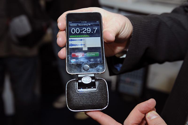 MIKEYの新モデル。本体横にmini USBコネクタ、上部にライン入力端子を備える。44KHz/16bitのモノラル/ステレオ録音が可能で、3段階のゲイン調整ができる。ライブレコーディングや取材メモなどにも有用。ブースでのデモはaudiofile engineeringのiPhone App「FiRe」を使って行なわれていた